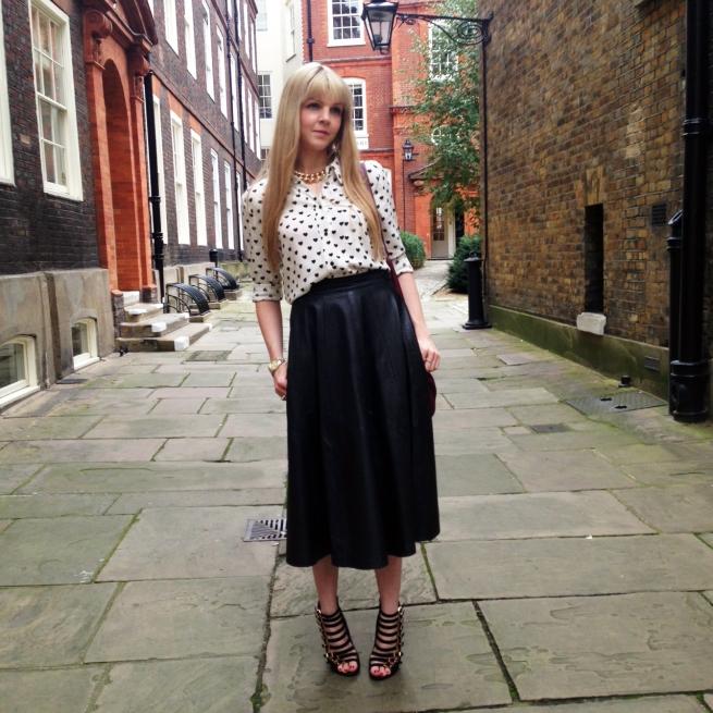 blogger street style london midi leather skirt heels heart print (4)