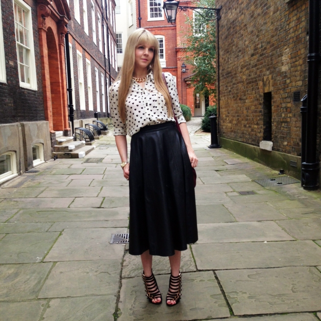 blogger street style london midi leather skirt heels heart print (4)