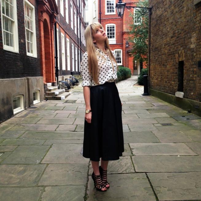blogger street style london midi leather skirt heels heart print (6)
