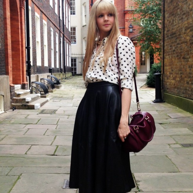 blogger street style london midi leather skirt heels heart print (7)
